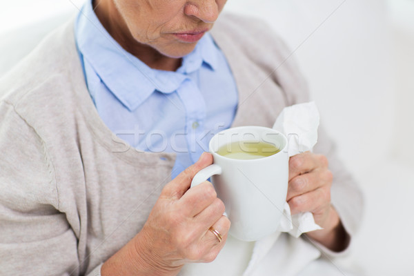 Krank Senior Frau trinken Tee Stock foto © dolgachov