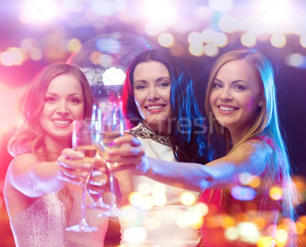 Glimlachend vrouwen champagne bril nachtclub vakantie Stockfoto © dolgachov