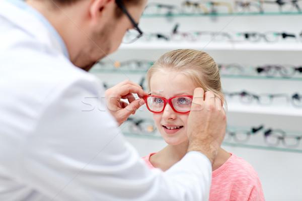 Gözlükçü gözlük kız optik depolamak sağlık Stok fotoğraf © dolgachov