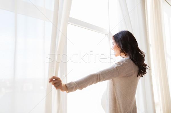 妊婦 開設 ウィンドウ カーテン 妊娠 ストックフォト © dolgachov