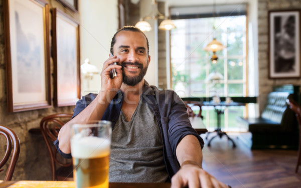 Man smartphone bier roepen bar pub Stockfoto © dolgachov