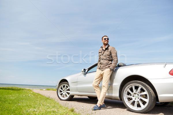 Szczęśliwy człowiek kabriolet samochodu odkryty drogowego Zdjęcia stock © dolgachov