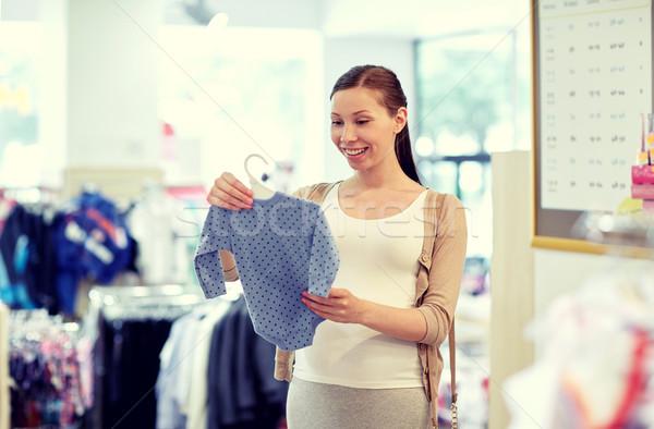 Felice donna incinta shopping abbigliamento store gravidanza Foto d'archivio © dolgachov