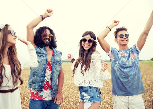 Gelukkig jonge hippie vrienden dansen buitenshuis Stockfoto © dolgachov