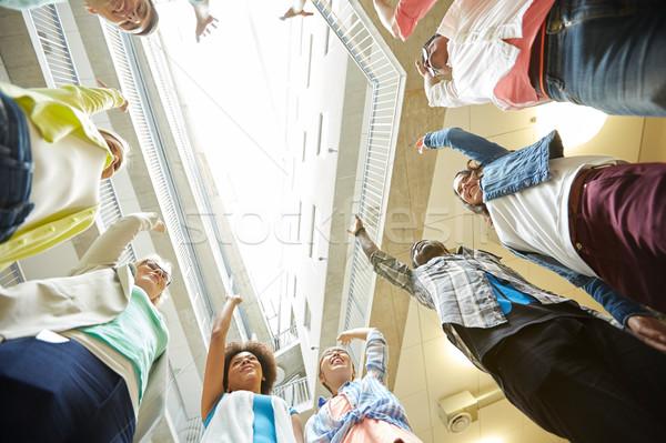 Groep internationale studenten handen omhoog onderwijs school Stockfoto © dolgachov