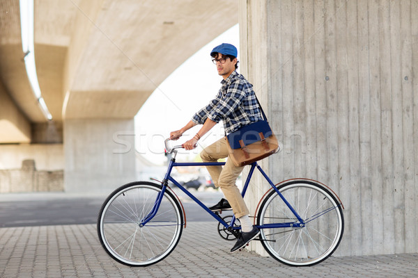 Fiatal hipszter férfi táska lovaglás fix Stock fotó © dolgachov