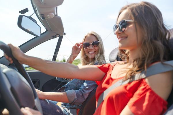 Sonriendo las mujeres jóvenes conducción cabriolé coche verano Foto stock © dolgachov