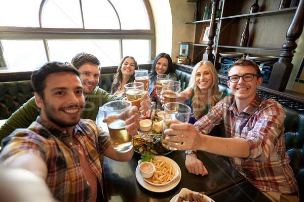 Glücklich Freunde Aufnahme bar Veröffentlichung Menschen Stock foto © dolgachov
