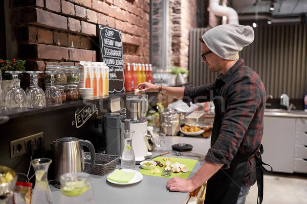 Homme barman cuisson smoothie vegan café Photo stock © dolgachov