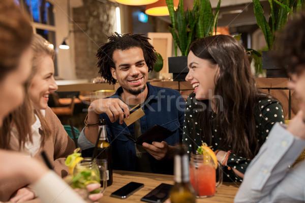 Znajomych napojów karty kredytowej ustawy bar wypoczynku Zdjęcia stock © dolgachov