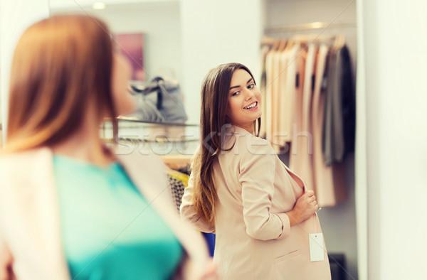 felice donna posa specchio abbigliamento store On specchio woman abbigliamento
