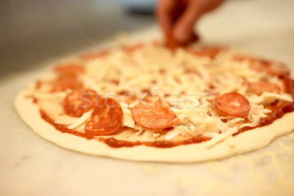 Gotować ręce salami pizza pizzeria żywności Zdjęcia stock © dolgachov