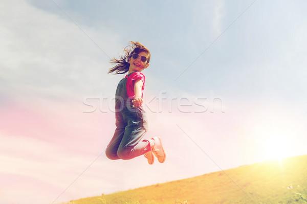 Stockfoto: Gelukkig · meisje · springen · hoog · buitenshuis · zomer