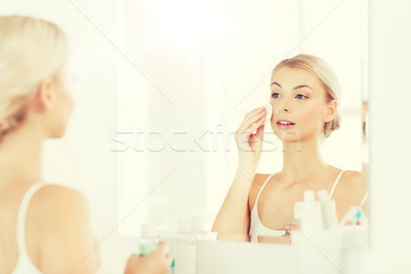 Genç kadın losyon yıkama yüz banyo güzellik Stok fotoğraf © dolgachov