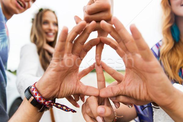 Kezek hippi barátok mutat béke felirat Stock fotó © dolgachov