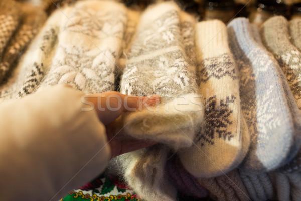 Nő vásárol gyapjú ujjatlan kesztyűk karácsony piac Stock fotó © dolgachov
