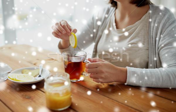 Közelkép nő méz tea citrom egészséges étel Stock fotó © dolgachov