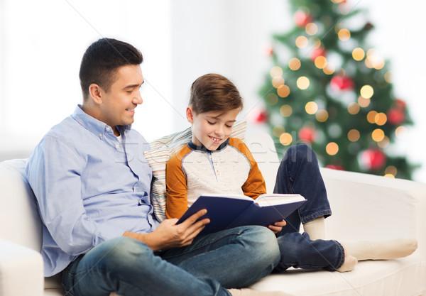 Heureux père en fils lecture livre Noël paternité Photo stock © dolgachov