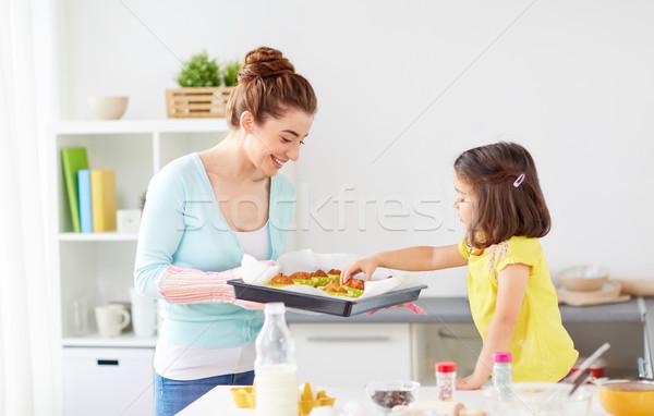 Anne kız ev aile Stok fotoğraf © dolgachov
