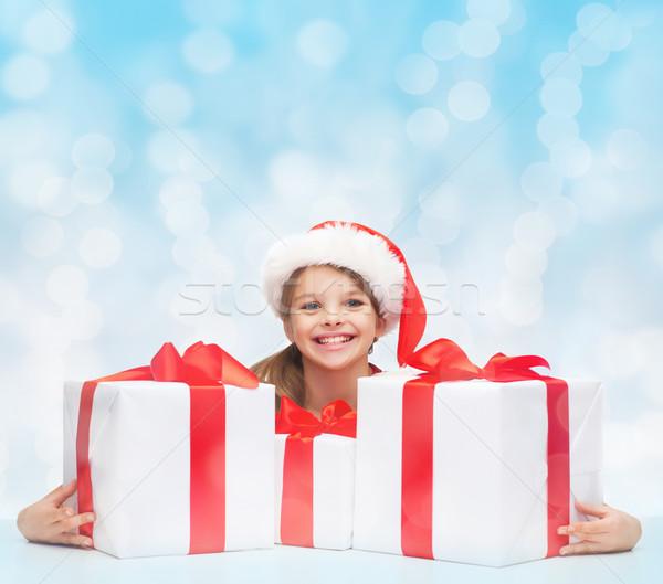 Menina ajudante seis muitos caixas de presente Foto stock © dolgachov