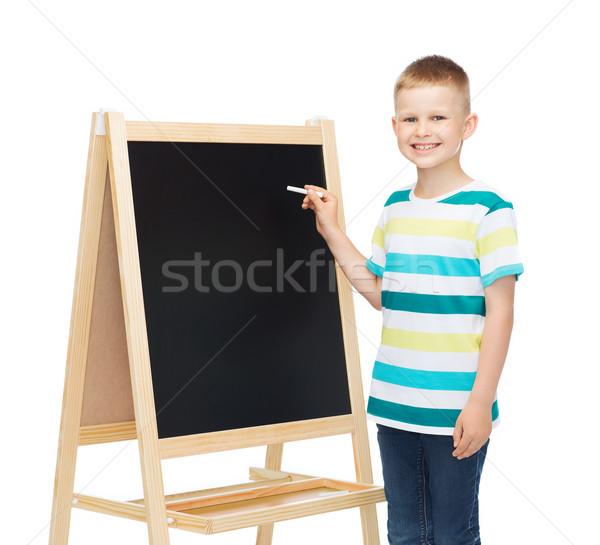 Szczęśliwy mały chłopca tablicy kredy ludzi Zdjęcia stock © dolgachov