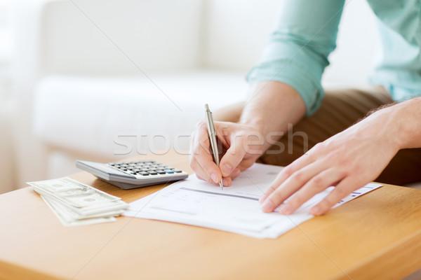 Közelkép férfi pénz készít jegyzetek megtakarított pénz Stock fotó © dolgachov