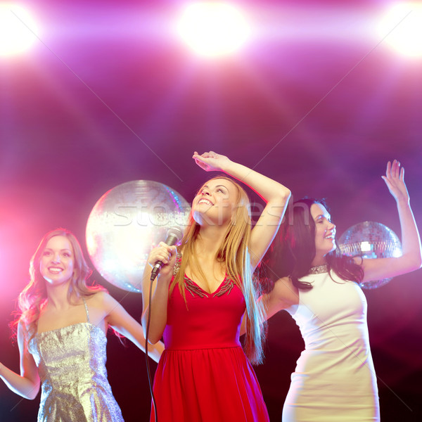 Stockfoto: Drie · glimlachend · vrouwen · dansen · zingen · karaoke