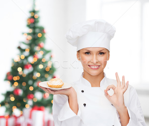 Sorridente feminino chef prato cozinhar Foto stock © dolgachov