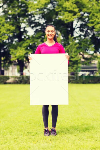 Mosolyog tinilány fehér tábla fitnessz park hirdetés Stock fotó © dolgachov