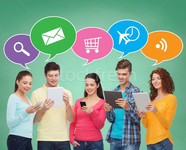 Stock fotó: Csoport · tinédzserek · okostelefonok · táblagép · emberek · kommunikáció