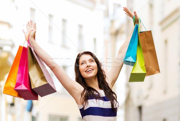 Nő bevásárlótáskák vásárlás turizmus gyönyörű nő kezek Stock fotó © dolgachov