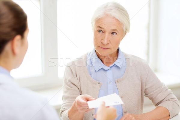 Médico prescrição senior mulher medicina idade Foto stock © dolgachov