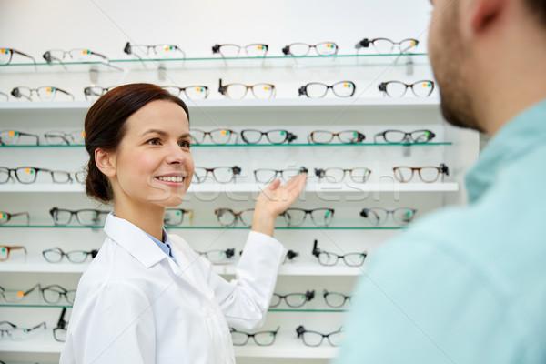 Gözlükçü gözlük adam optik depolamak Stok fotoğraf © dolgachov