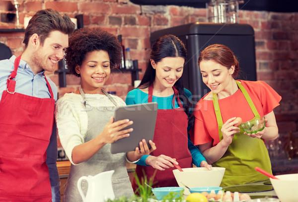 Szczęśliwy znajomych gotowania kuchnia klasy Zdjęcia stock © dolgachov