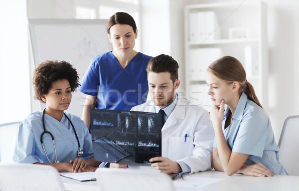 Csoport orvosok megbeszél röntgen kép radiológia Stock fotó © dolgachov