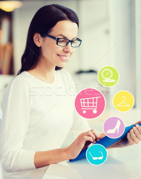 Glimlachende vrouw winkelen online mensen online winkelen Stockfoto © dolgachov