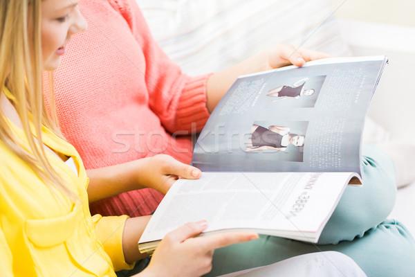 Felice ragazze adolescenti lettura magazine persone Foto d'archivio © dolgachov