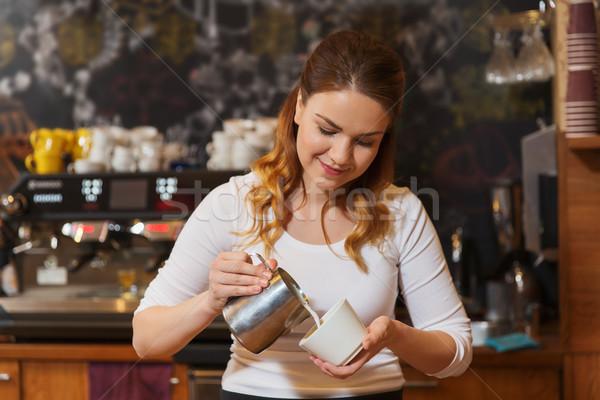 Barista vrouw room beker coffeeshop Stockfoto © dolgachov