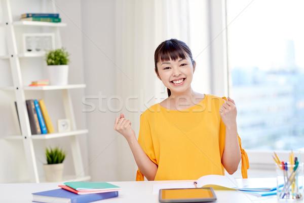 Boldog ázsiai fiatal nő diák tanul otthon Stock fotó © dolgachov