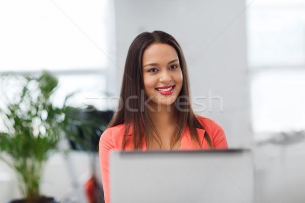 Photo stock: Heureux · africaine · femme · ordinateur · portable · bureau · affaires