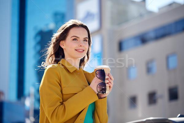 Heureux jeune femme potable café rue de la ville boissons Photo stock © dolgachov