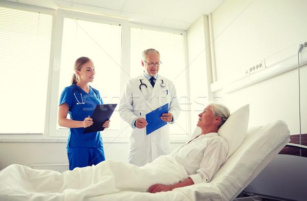 Arts verpleegkundige senior vrouw ziekenhuis geneeskunde Stockfoto © dolgachov