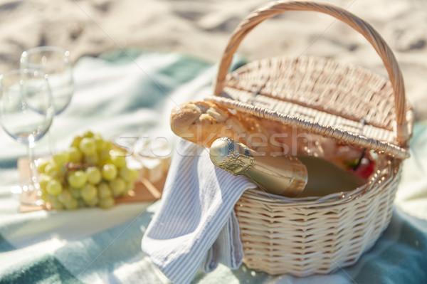 Piknik sepeti şarap bardakları gıda plaj tatil kutlama Stok fotoğraf © dolgachov