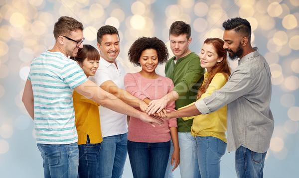Stockfoto: Internationale · groep · gelukkige · mensen · holding · handen · diversiteit · teamwerk