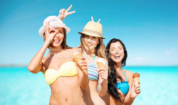 Heureux femmes manger crème glacée mer ciel Photo stock © dolgachov