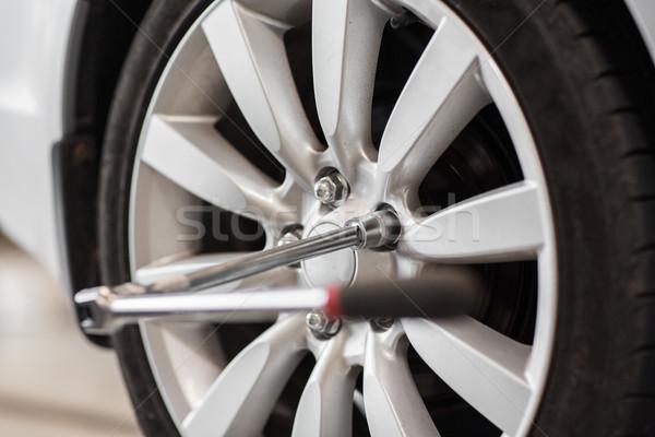 Schroevendraaier auto wiel band dienst reparatie Stockfoto © dolgachov