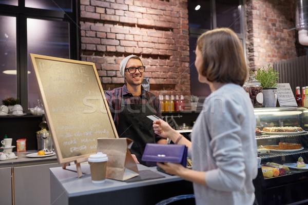 Csapos nő fizet hitelkártya kávézó kisvállalkozás Stock fotó © dolgachov