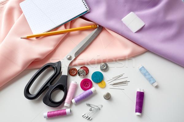 Nożyczki szycia narzędzia tkaniny notatnika robótki Zdjęcia stock © dolgachov