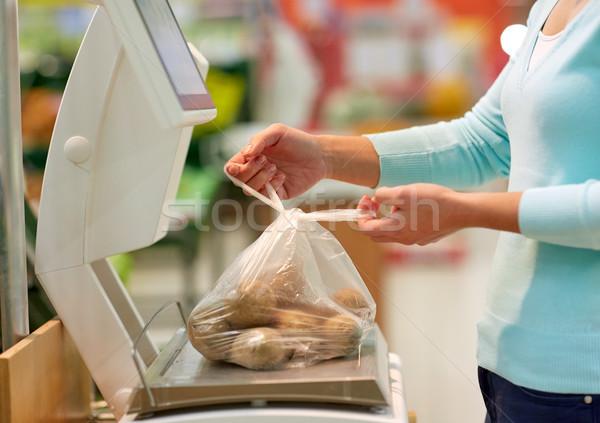 Kadın patates ölçek bakkal alışveriş satış Stok fotoğraf © dolgachov