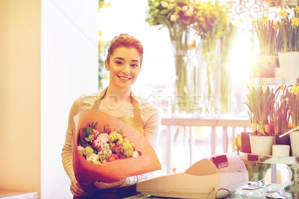 Mosolyog virágárus nő köteg virágüzlet emberek Stock fotó © dolgachov